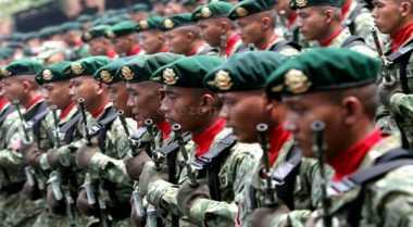 """TNI Bagikan Buku """"Merah Putih"""" di Poso"""