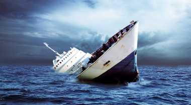 Dua Kapal Karam Dihempas Gelombang Laut