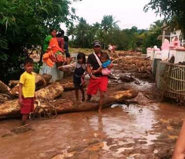 Diterjang Banjir dan Longsor, Kawasan Anyer Terisolir