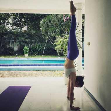 FOTO: Yuk, Intip Sophia Latjuba Melakukan Handstand