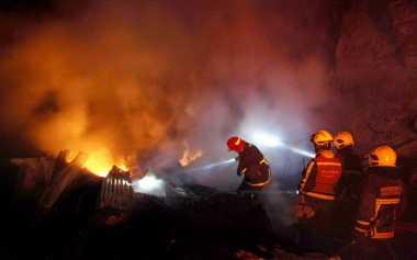 Pabrik Kayu di Surabaya Terbakar