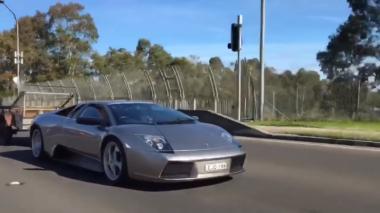 Lamborghini Tarik Trailer Kandang Kambing di Jalan Umum