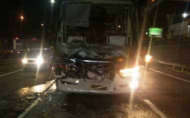 Kecelakaan Bus vs Truk di Tol Cikunir, Lalin Padat
