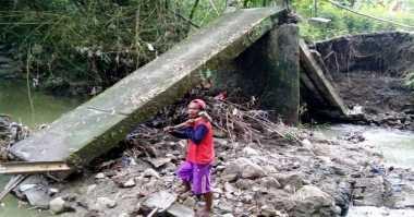 Jembatan Putus Diterjang Banjir, Warga Kesulitan Beraktivitas