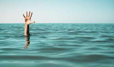 Berenang Jelang Malam Hari, Doni Terseret Ombak