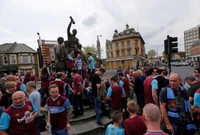 Fans Gelar Upacara Penghormatan untuk Legenda Inggris