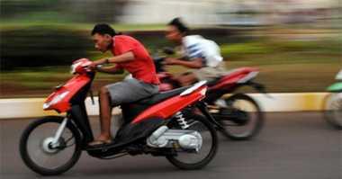 Takut Razia, Biker Tabrak Polisi di Depan Kuburan