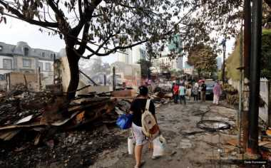 Rumah Terbakar, Duda dan Dua Anaknya Tinggal di Tenda Plastik