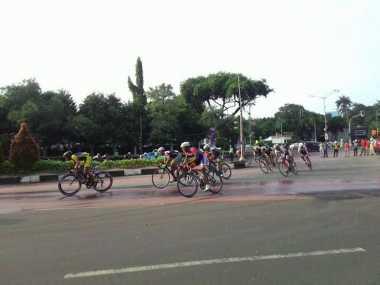 Ondel-Ondel Sambut Pebalap Tour de Jakarta yang Beristirahat