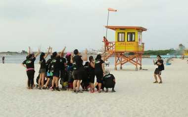 Peserta Splash Run Abadikan Momen Matahari Terbenam di Pantai Ancol