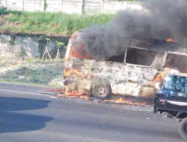 Minibus Terbakar di Tol Bekasi Arah Jakarta