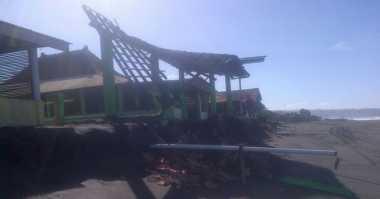 Gelombang Tinggi Pantai Selatan Yogyakarta Rusak Belasan Rumah Makan