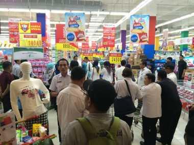 Petugas KPKP dan BPOM Razia Makanan Tak Layak Konsumsi di Swalayan