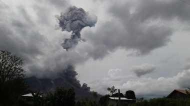 Sinabung Kembali Erupsi, Warga Berastagi Rasakan Hujan Abu Tebal