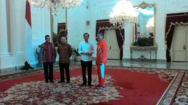 Ketua Kontingen Indonesia di Olimpiade Rio 2016 Hadiahkan Gelang ke Jokowi