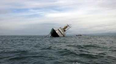 Kapal Petuk yang Terdampar di Perairan Pangandaran Dievakuasi