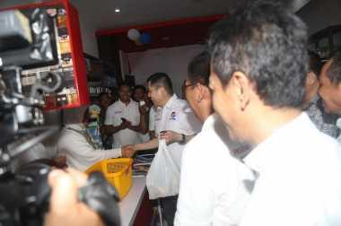 Hary Tanoe Asyik Berbelanja di Warung Sejahtera