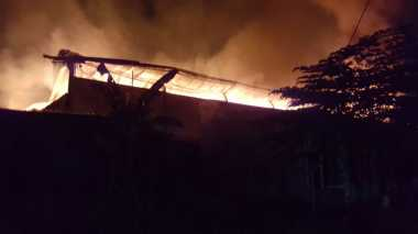 Hampir 3 Jam, Kebakaran Dua Gudang di Cipondoh Belum Padam