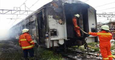 Foto-Foto Kereta Kertajaya Terbakar di Priok