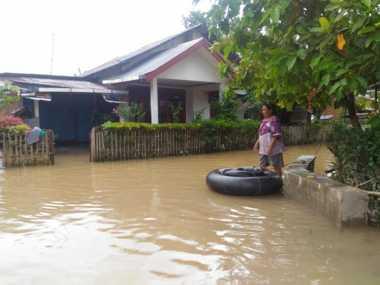 Korban Banjir Padang Bertahan di Loteng Rumah