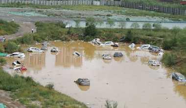 """Penampakan Ratusan Mobil Mengapung di """"Kolam"""" Akibat Banjir"""