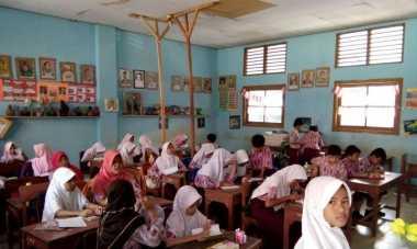 Puluhan Siswa SD Belajar di Ruangan yang Hampir Roboh