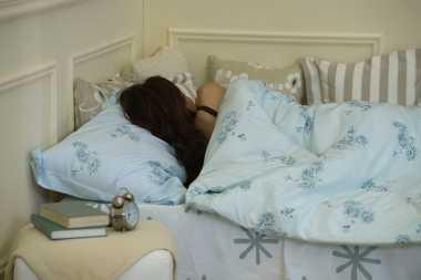 Posisi Tidur Ini Baik saat Menstruasi