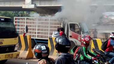Truk Terbakar di Depan Pom Bensin Transito Kalimalang