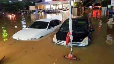 Sejumlah Kendaraan Terjebak Banjir di Kemang