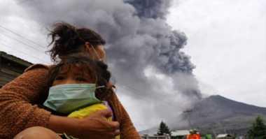 Warga Masih Beraktivitas di Zona Merah Sinabung, BNPB Dilema