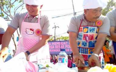 Lucunya Aksi Para Kapolsek di Denpasar Bikin Rujak
