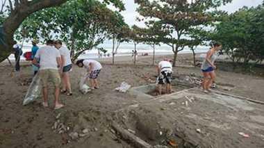 TOP TRAVEL 2: Keren! 21 Turis Jerman Bersihkan Sampah di Pantai Pangandaran