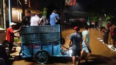 """""""Manusia Gerobak"""" Ikut Evakuasi Korban Banjir di Kemang"""