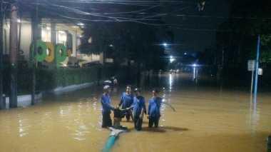 Damkar Masih Sedot Banjir di Kemang