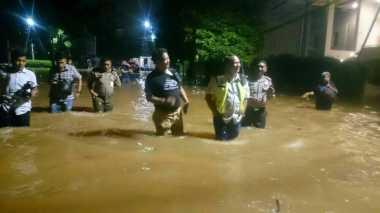 Petugas Gabungan Masih Berjibaku Tangani Banjir di Kemang