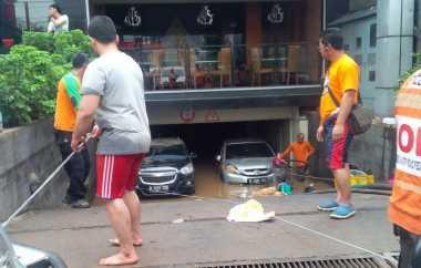 Satu per Satu Mobil Dievakuasi Keluar Basement Kemang Square