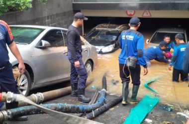 Gas Bocor saat Evakuasi Banjir di Kemang Square, Petugas Panik