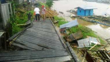 Hujan Deras, Jembatan di Flamboyan Ambruk