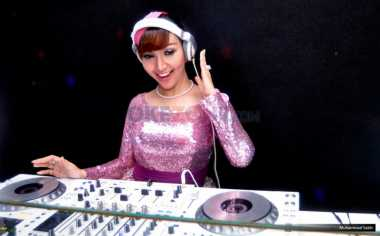 Inilah Busana Favorit DJ Seksi Roro Fitria