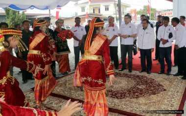 Hary Tanoe Disambut Tari-tarian Setibanya di Kota Sungaipenuh Jambi