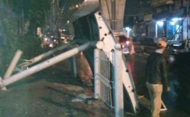 Hujan Deras, Halte Bus di Cipulir Roboh