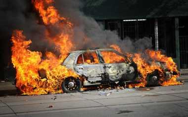 Diduga Korsleting, Mobil Mewah Terbakar di Bogor