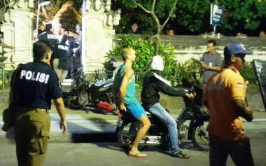 Bule Bertato Terobos Garis Polisi saat Rekonstruksi Pembunuhan