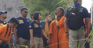Bule Pembunuh Polisi Dipisah Paksa Polisi karena Asyik Berciuman