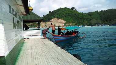 Mengunjungi Rumah Tuhan Nan Hening di Laut Pesawaran
