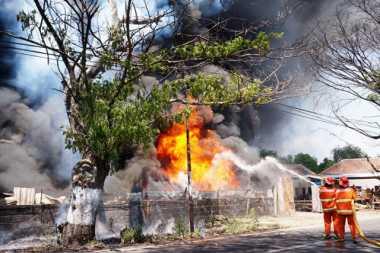 Kena Percikan Las, Pabrik Getah Karet Terbakar
