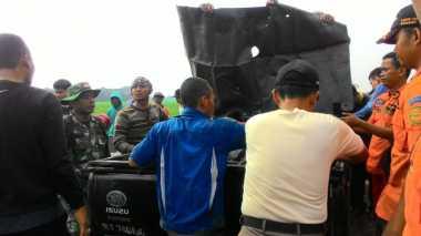Proses Evakuasi, Petugas Potong Bagian Pesawat Latih Jatuh di Cirebon