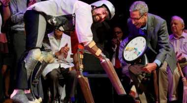 """Hidup Bak Kambing, Pria Inggris Terima Penghargaan Nobel """"Bajakan"""""""