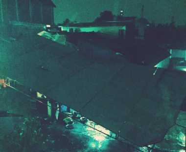 Hujan Deras Disertai Angin Kencang, Papan Reklame di Kemang Roboh