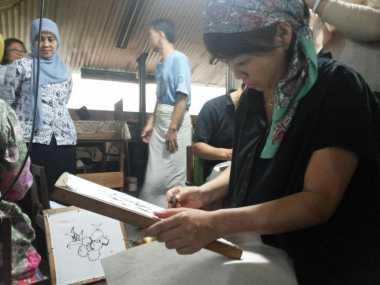 Antusias Wisatawan Jepang Membuat Batik